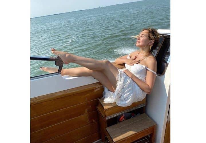 barbara d'urso vestita di bianco in barca