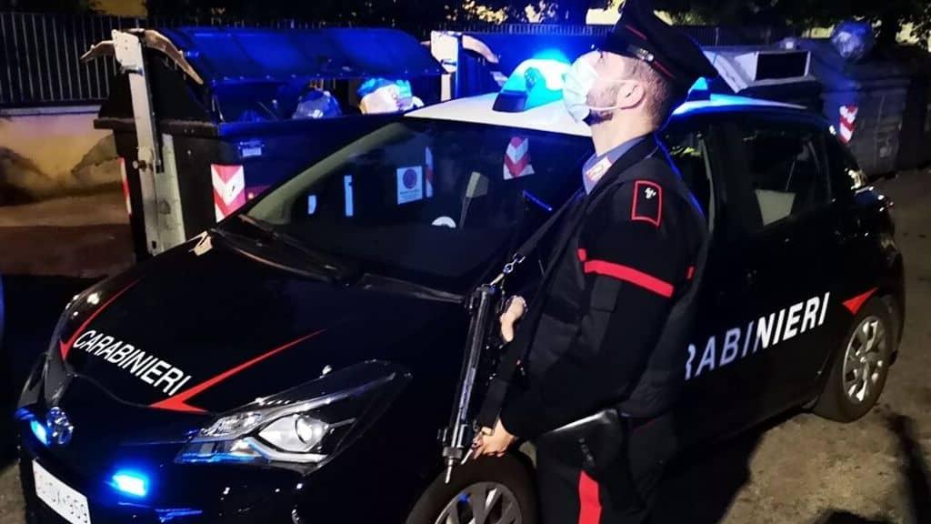 Un Carabiniere di fronte all'auto