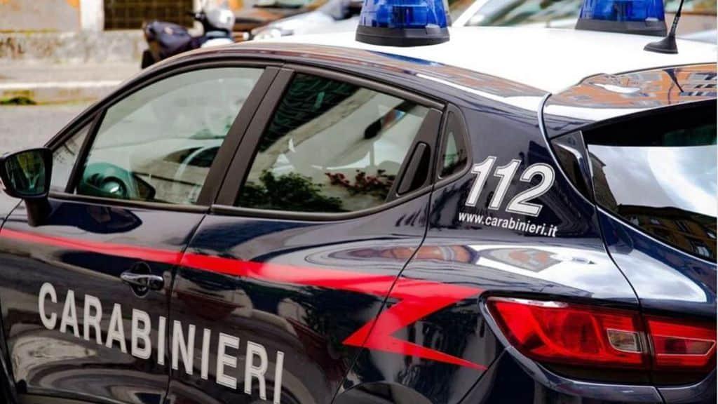 Napoli, rapina nella notte: padre e figlio accoltellati