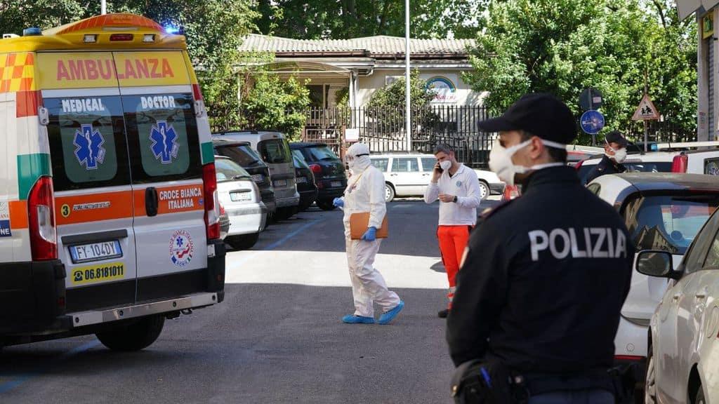 Un ambulanza e Polizia con mascherina per Covid-19