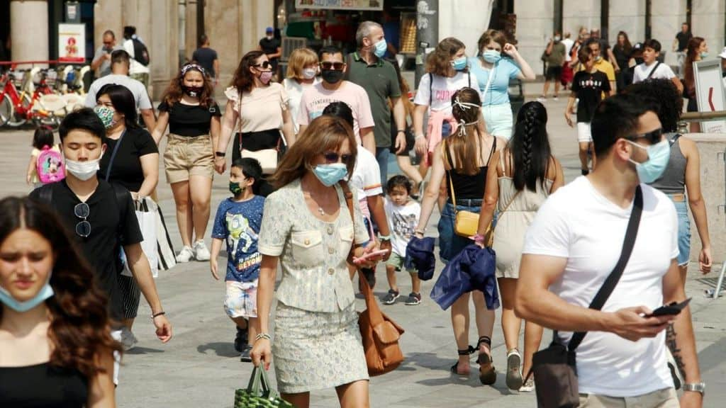 Persone in giro con mascherine per Coronavirus