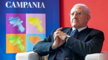 A Salerno scattano le multe salatissime promesse dal governatore De Luca: 1000 euro per chi non porta la mascherina al chiuso