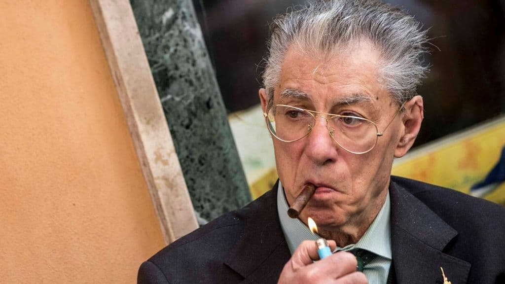 Umberto Bossi con un sigaro acceso