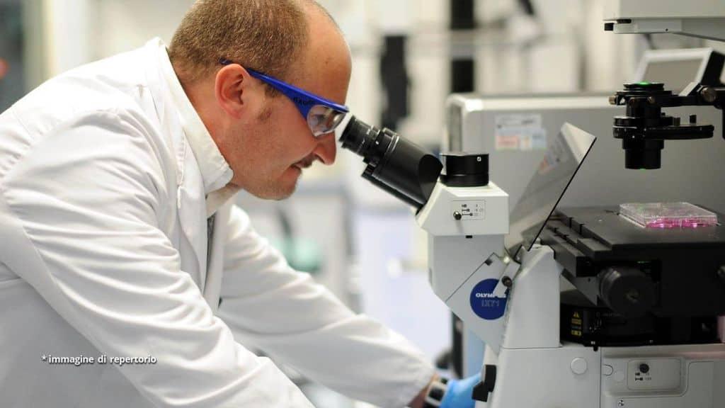 Scienziato analizza un microscopio in laboratorio