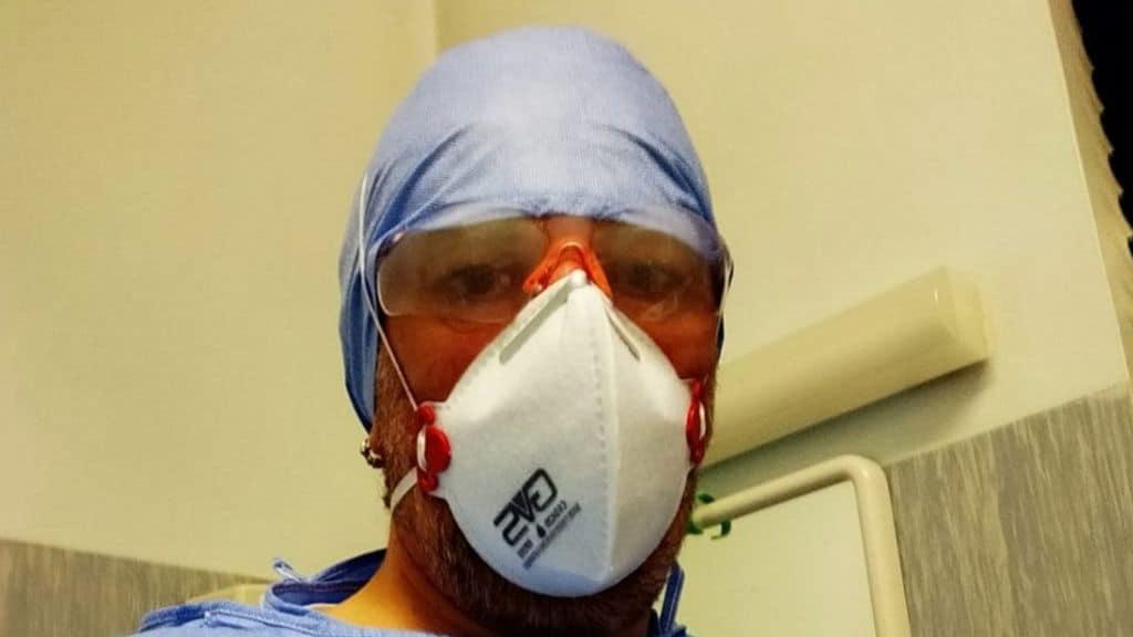 infermiere con mascherina e occhiali