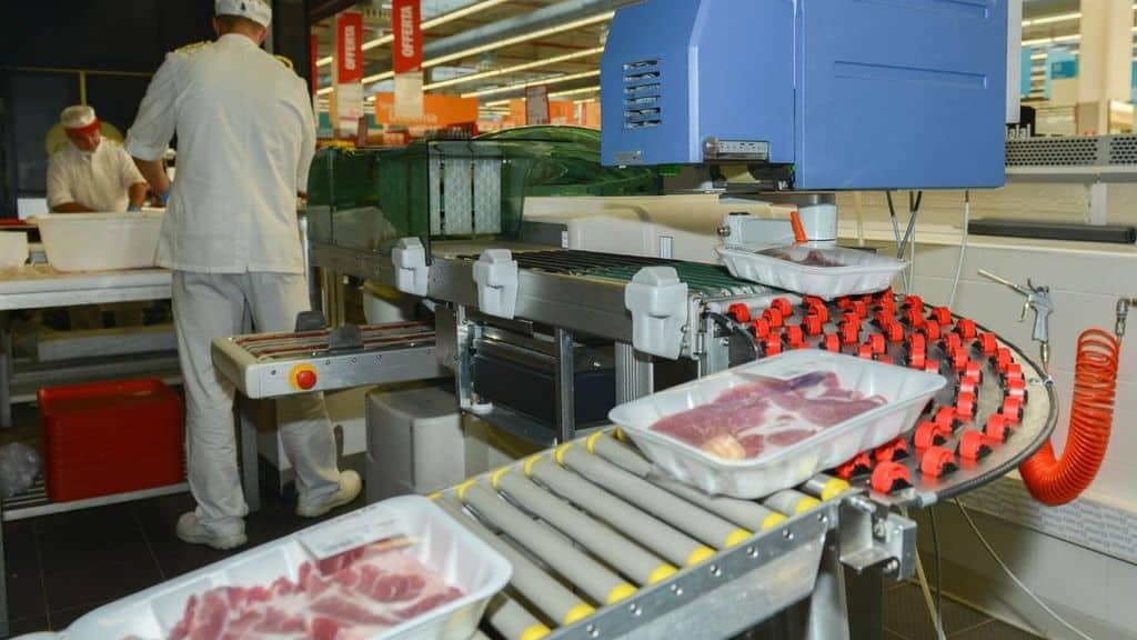 persone che lavorano la carne