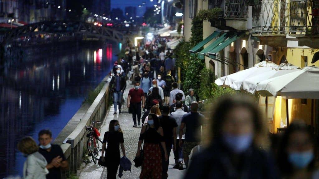 Milano, venditore di rose picchiato e gettato nei Navigli da 2 ragazzi