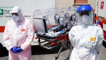 medici con mascherina davanti l'ospedale