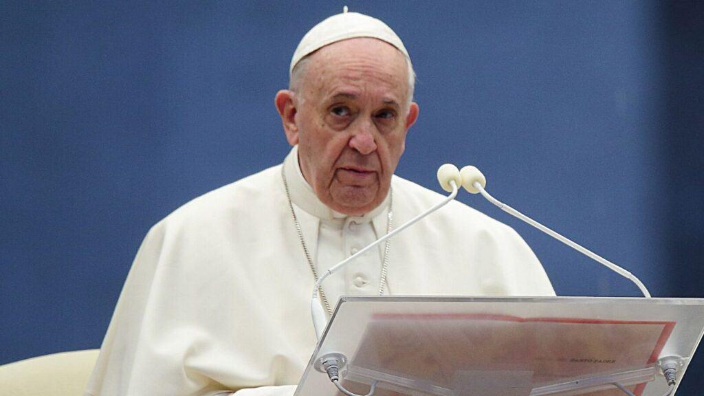 """Papa Francesco ai fedeli: """"Sono molto addolorato"""""""