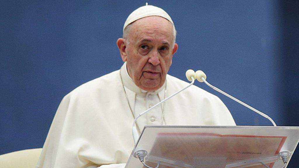 Papa Francesco davanti ad un leggio
