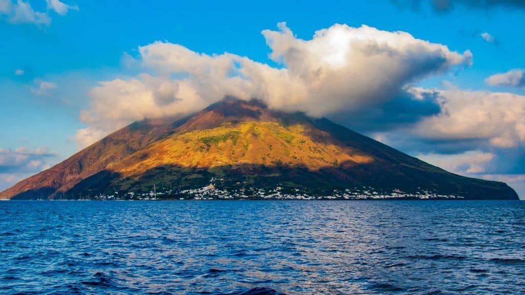 Il vulcano di Stromboli visto dal mare