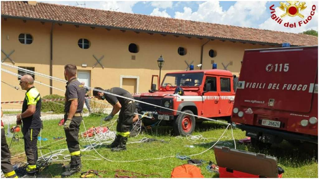 Vigili del fuoco al lavoro per recuperare un ragazzo da un pozzo