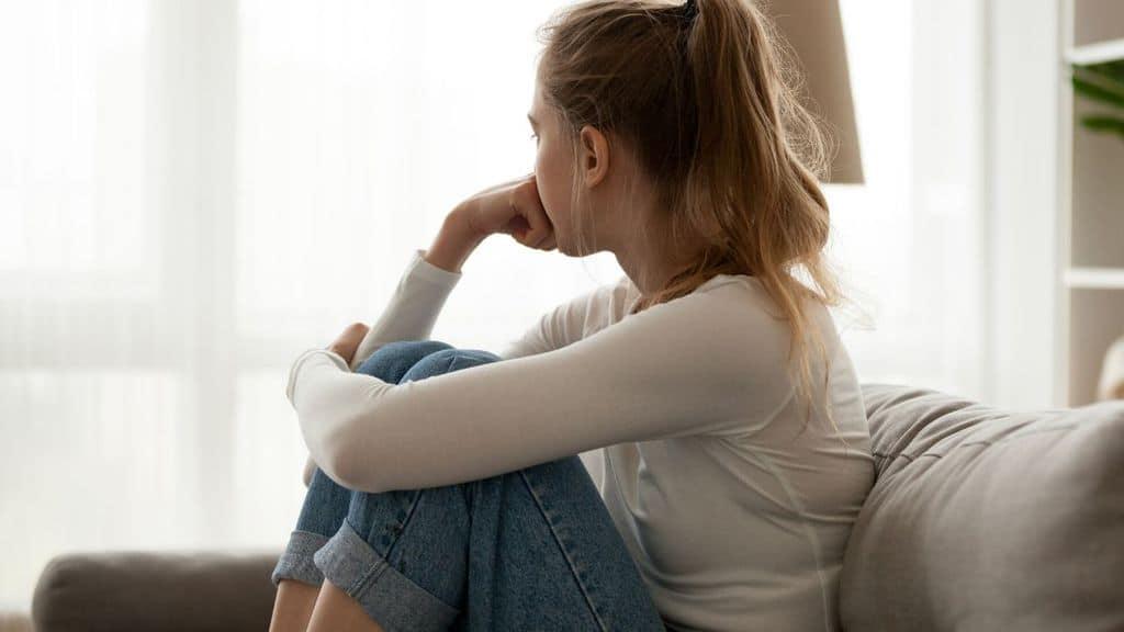 adolescente seduta sul divano