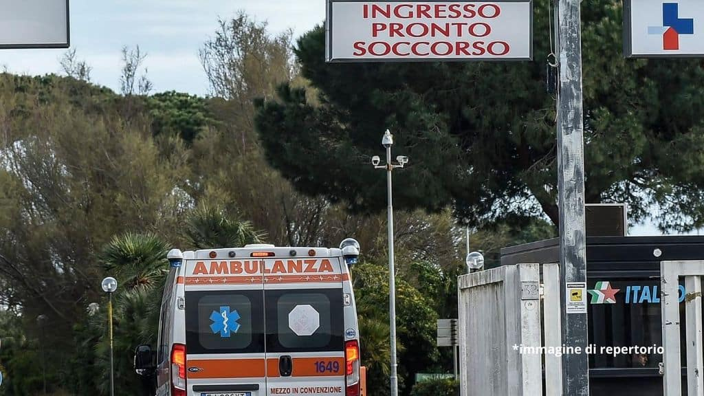ambulanza che entra in pronto soccorso