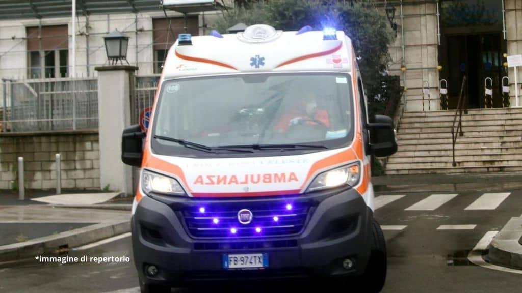 ambulanza con le sirene accese