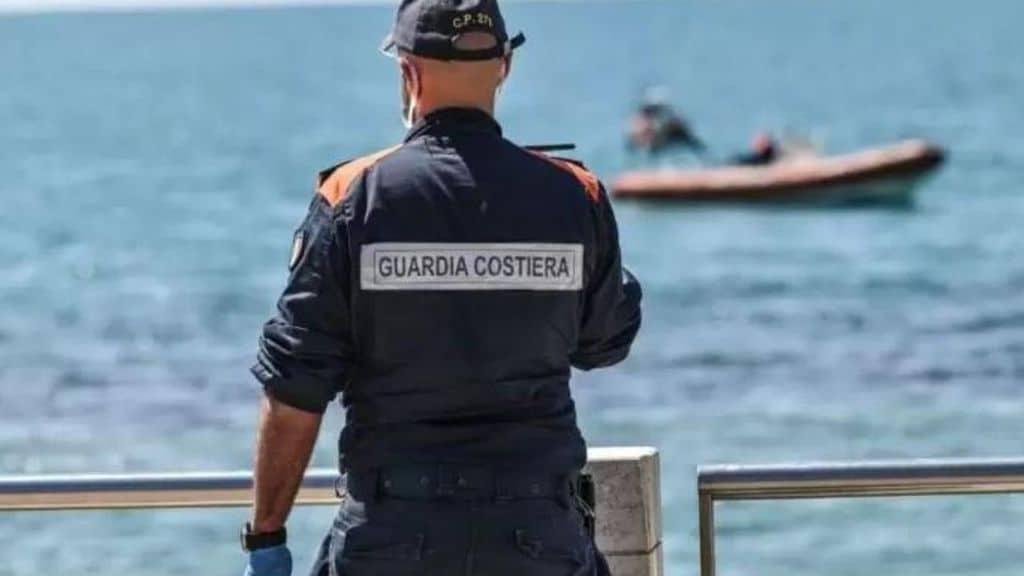 Un gommone con 5 adolescenti a bordo ha investito un uomo che faceva il bagno ad Anzio. Proseguono le ricerche del disperso