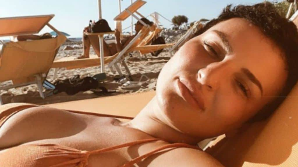 La cantante Arisa in costume in spiaggia