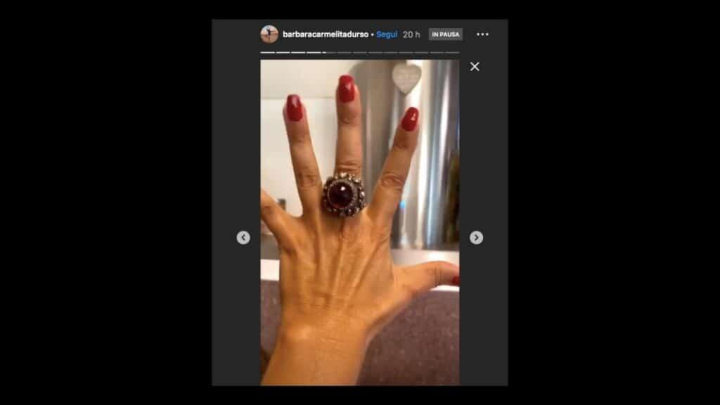 anello sulla mano di barbara d'urso