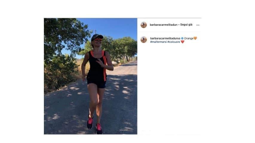 Barbara d'Urso di corsa nella campagna toscana