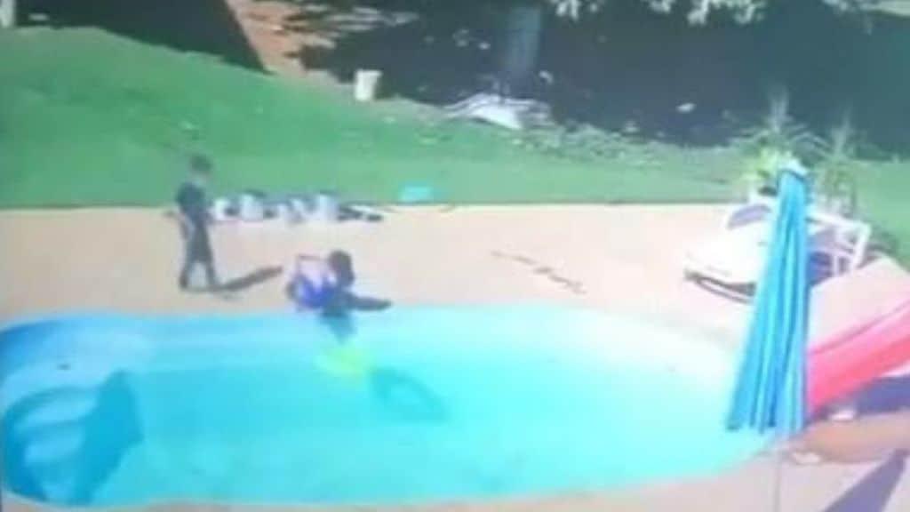 A soli 3 anni ha compiuto un gesto eroico, salvando il suo amico dall'annegamento mentre giocavano in piscina in Brasile, a Rio de Janeiro
