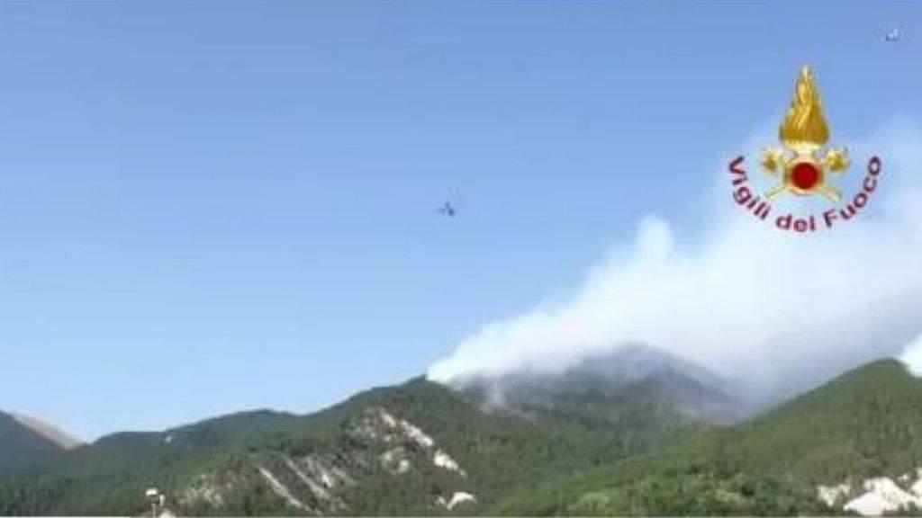 Canadair in azione per spegnere gli incendi boschivi all'Aquila, Abruzzo. Caccia ai piromani