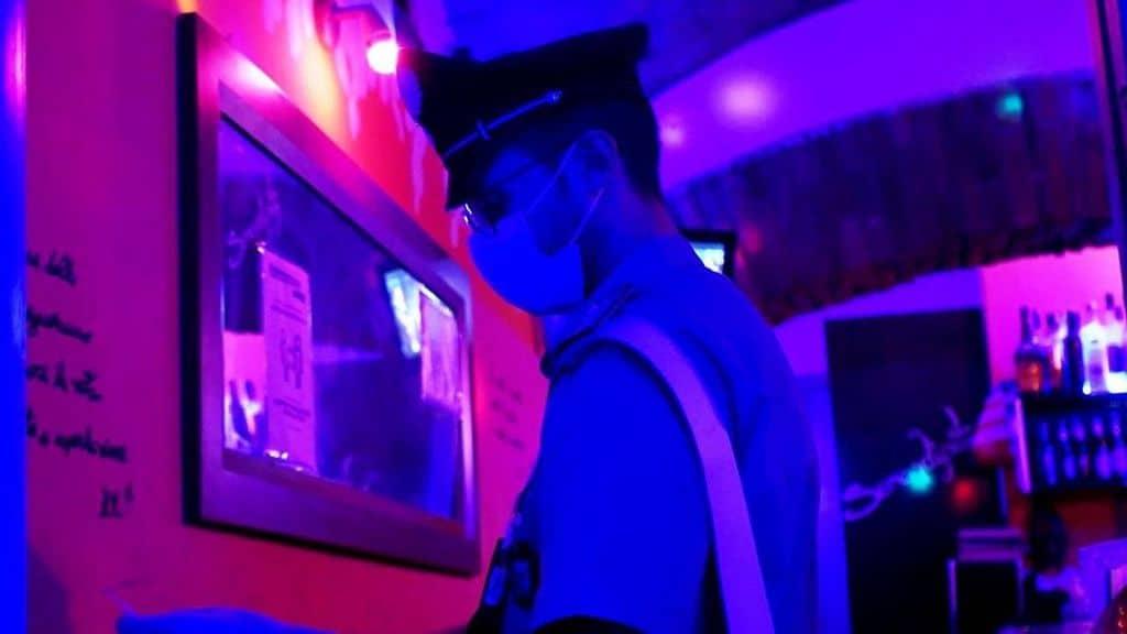 carabiniere con la mascherina in una discoteca per i controlli per anti coronavirus