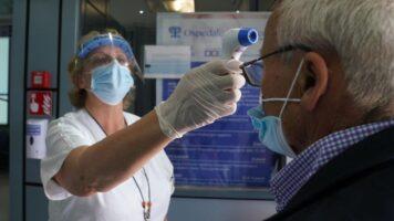 Infermiera prova la febbre ad un anziano per il Coronavirus