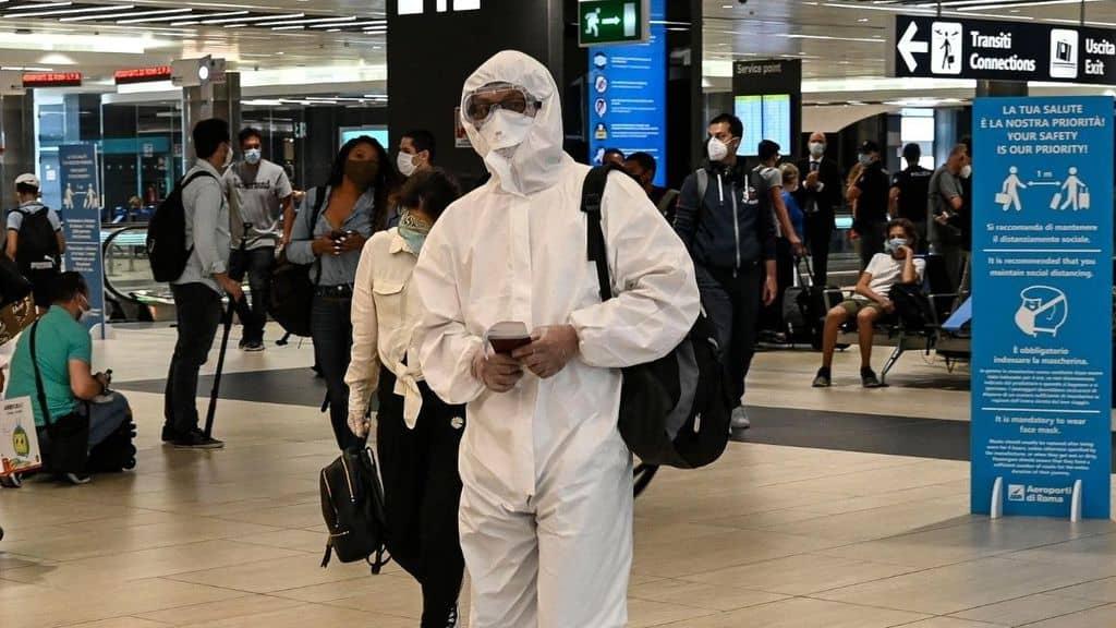 Tuta anti-covid in aeroporto in Italia