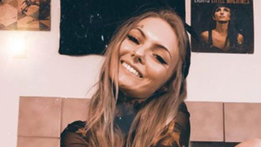 daisy coleman sorridente