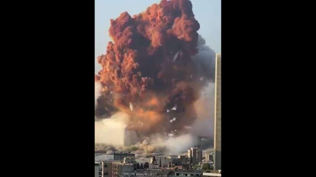Libano, tremenda esplosione nel porto di Beirut: i video