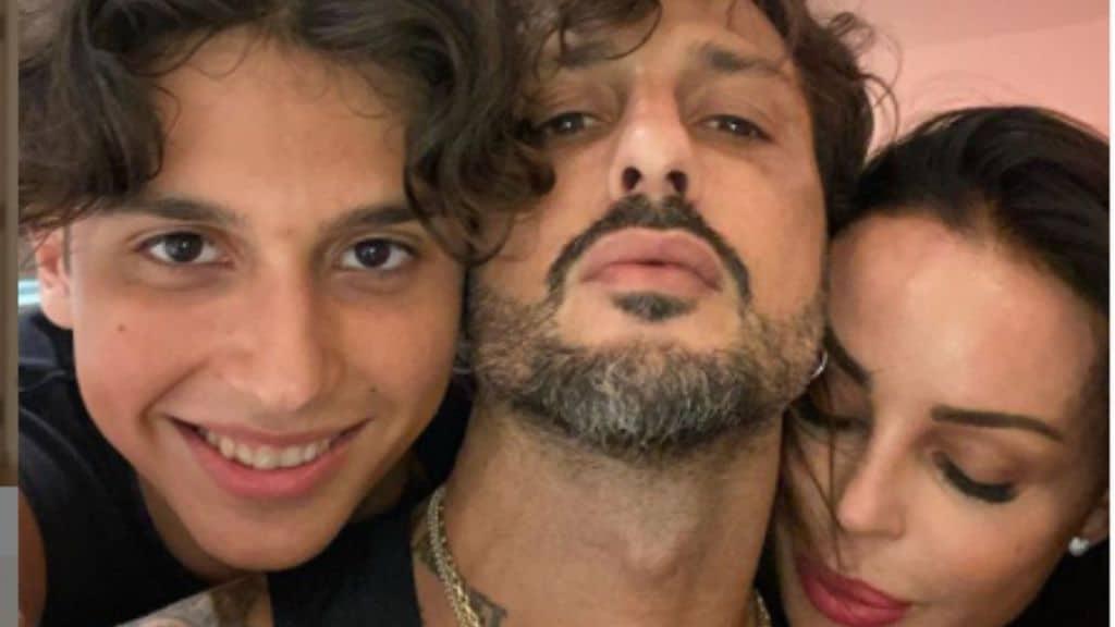 Nina Moric, Fabrizio Corona e Carlo Maria insieme in un selfie