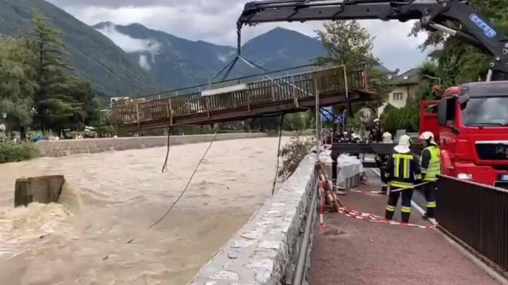 Misure di sicurezza contro il maltempo su un un fiume esondato