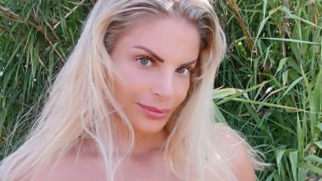 Francesca Cipriani seminuda in strada per un calendario: arriva un vigile per multarla