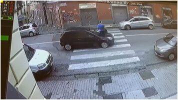 auto travolge uomo sulle strisce pedonali