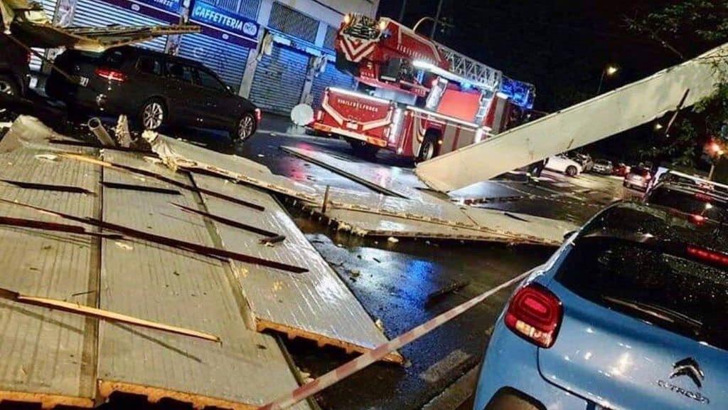 Un capannone scoperchiato dal maltempo e camion dei vigili del fuoco