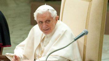 papa ratzinger seduto in chiesa
