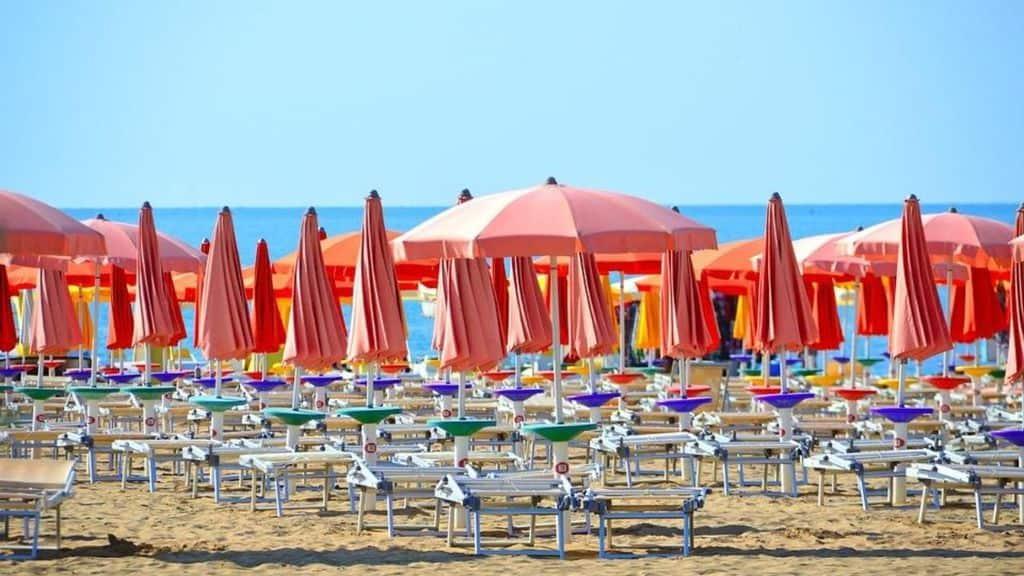 Cattolica (Rimini), turista partorisce 7° figlio in spiaggia grazie a un'infermiera