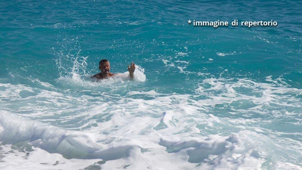 uomo annega spiaggia