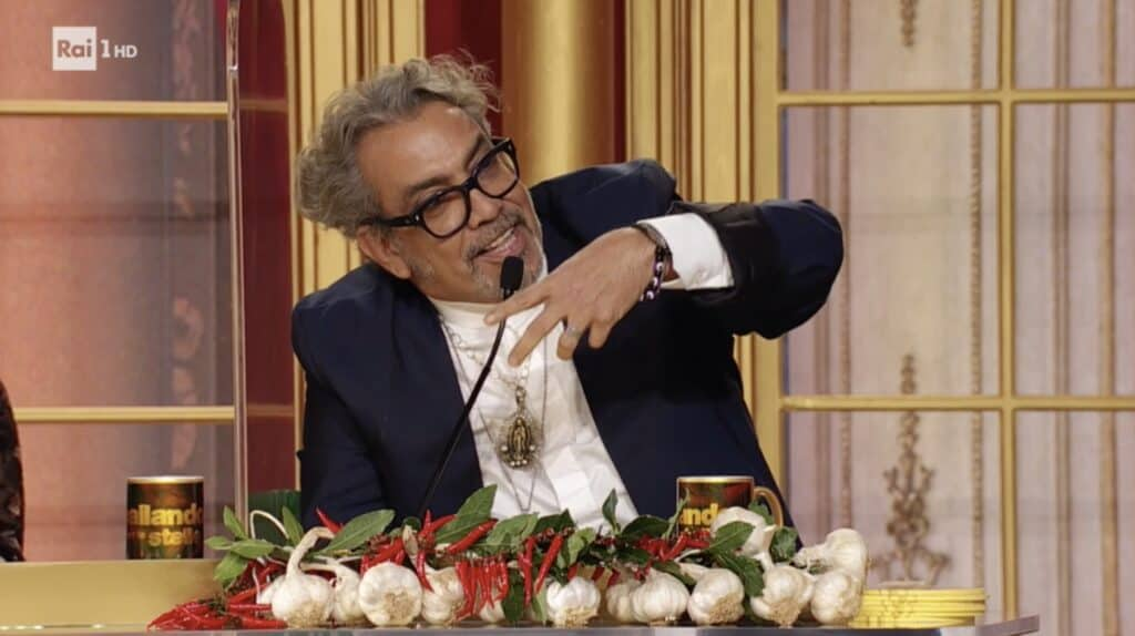 Guillermo Mariotto con la corona d'aglio e peperoncini