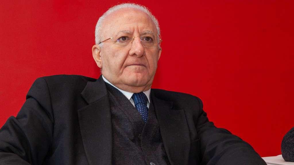 Vincenzo De Luca, mezzo busto su sfondo rosso