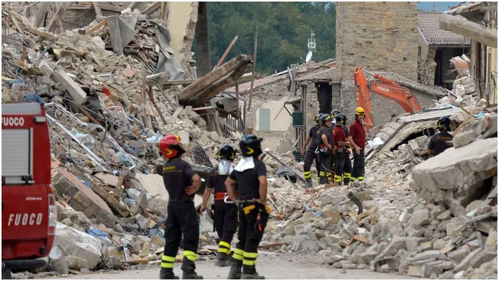 Amatrice, crolli e vigili del fuoco al lavoro