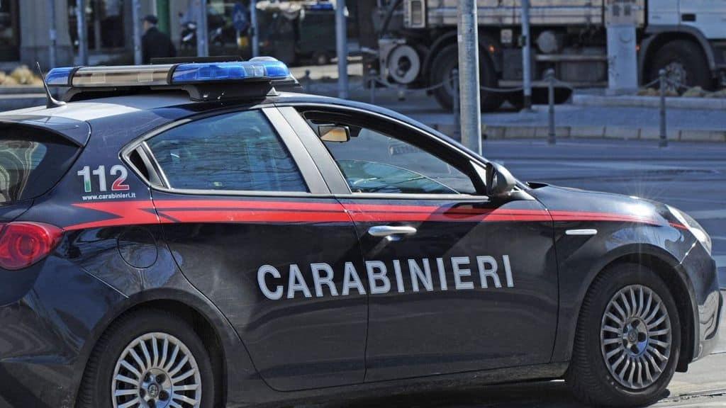 auto dei carabinieri in strada
