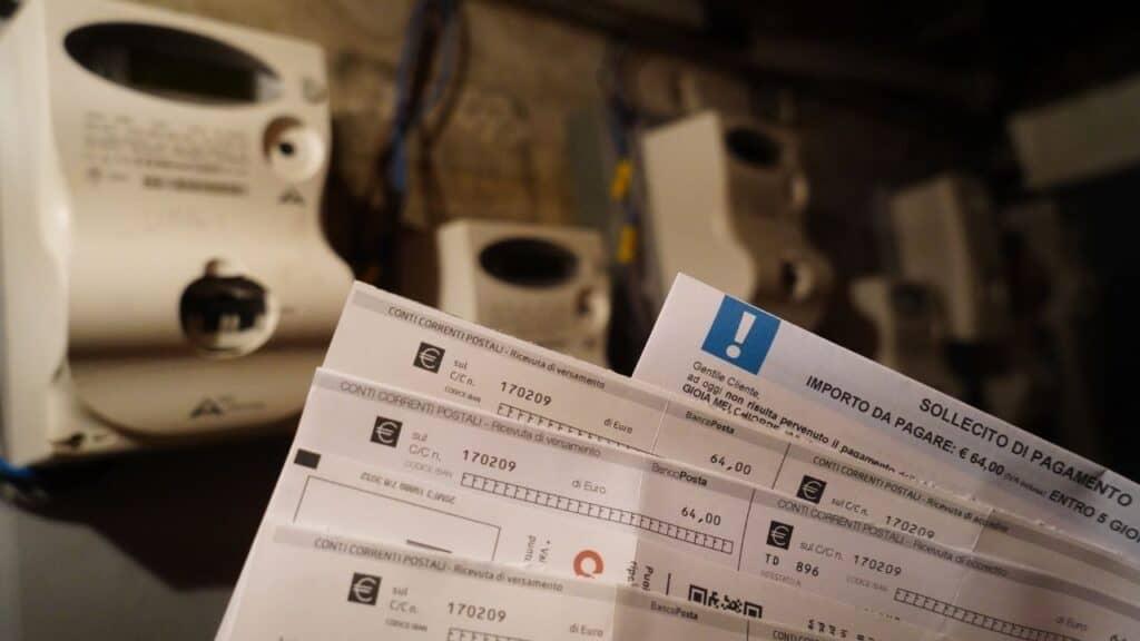 Bollette, pesanti aumenti per luce e gas: quanto si pagherà in più a ottobre