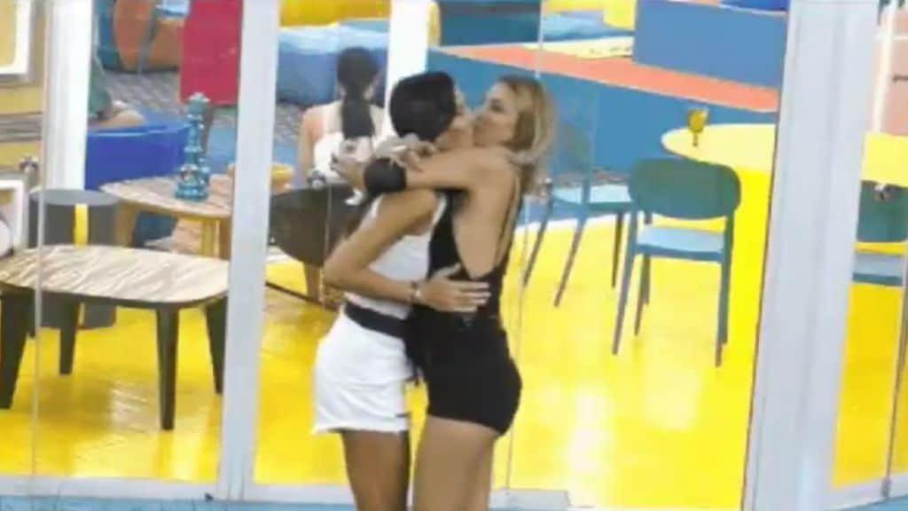 Bacio tra Elisabetta Gregoraci e Myriam Catania al GF Vip