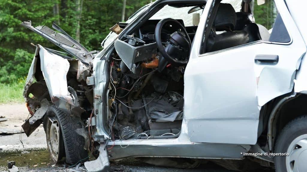 3 giovani morti nello schianto di un'automobile, il quarto è in fin di vita: drammatico incidente a Rovigo