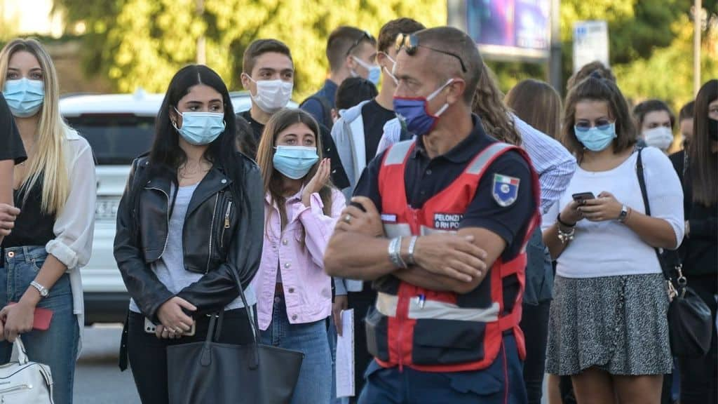 Studenti indossano la mascherina per il Coronavirus all'aperto