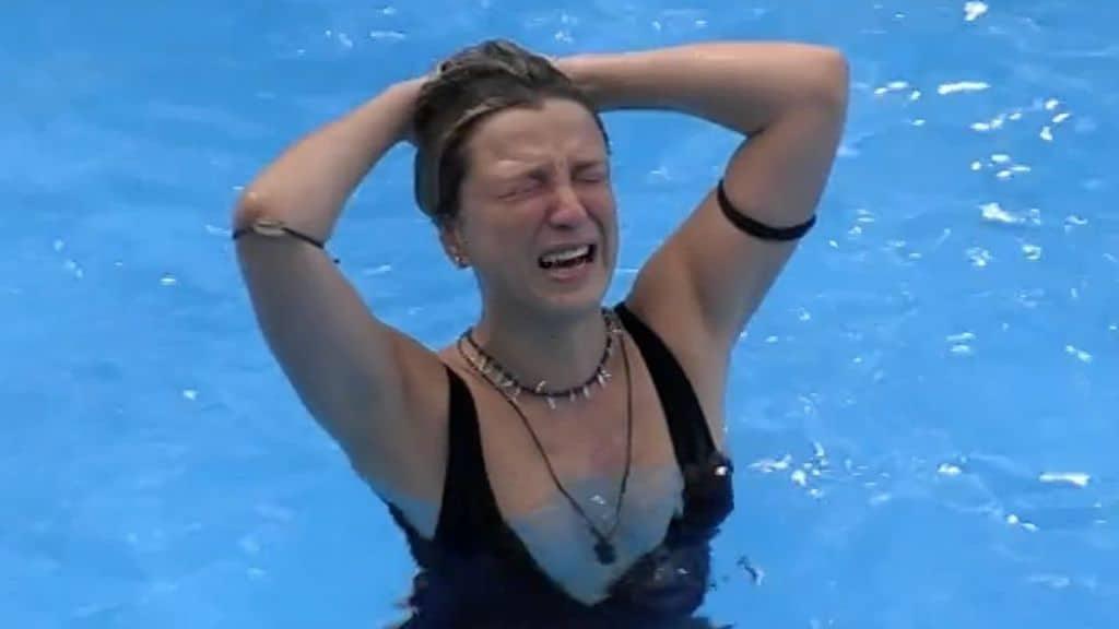 myriam catania piange in piscina