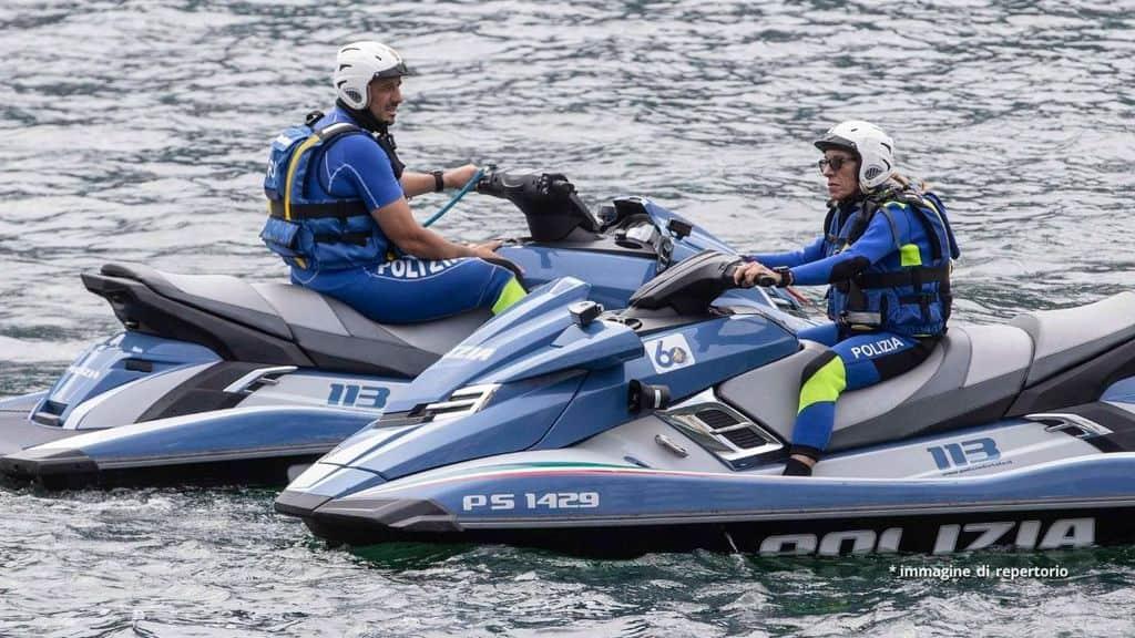 Polizia su moto d'acqua per le ricerche nel lago