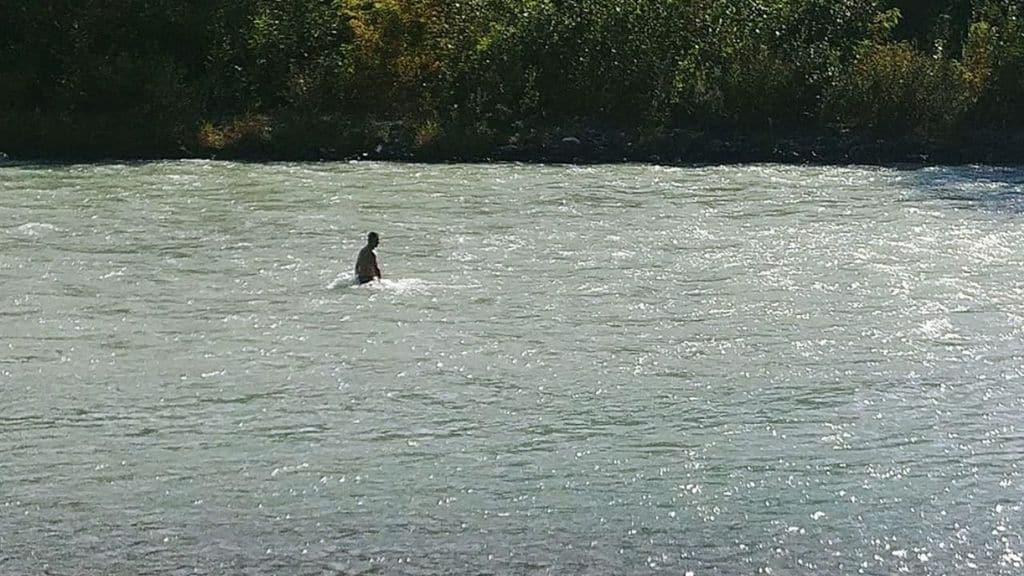 """La 16enne Hafsa è scomparsa nel fiume Adda. Il padre si tuffa ogni giorno per cercarla: """"Non riesco a smettere"""""""
