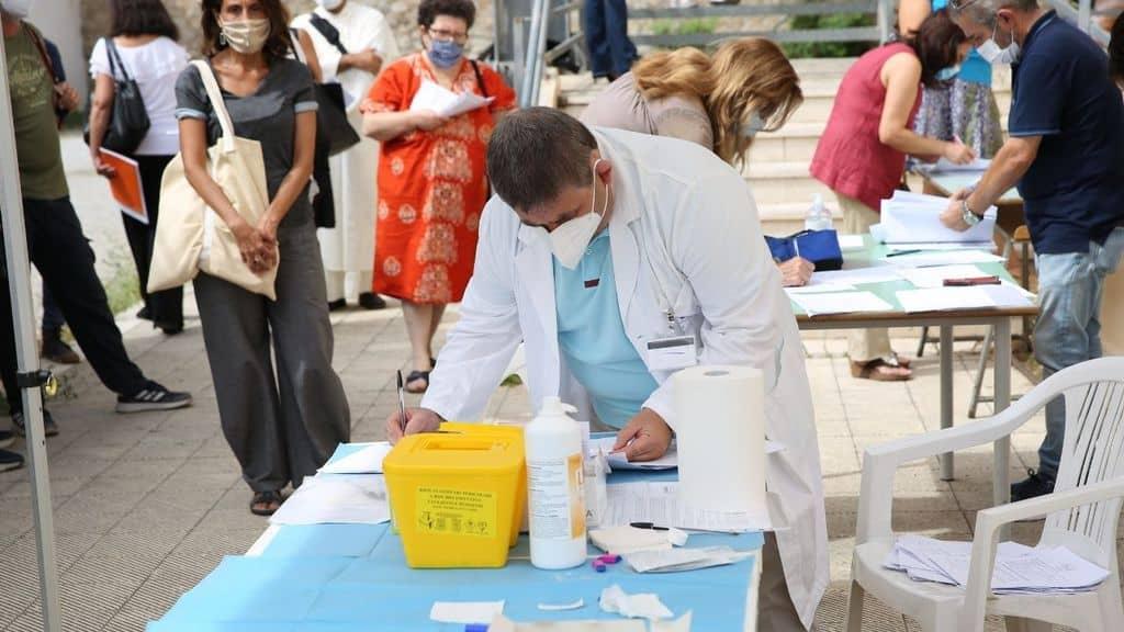 medico effettua test sierologici